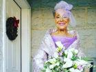 Noiva de 86 anos desenhou o próprio vestido e brilhou