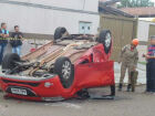 Motorista é socorrido após invadir preferencial e carro capotar