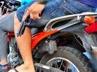 Mulher é derrubada de moto junto a filha em roubo