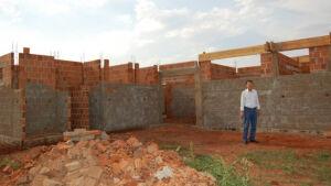 Hélio Sato acompanha construção de 100 casas e vistoria obra do posto de saúde em Vicentina