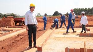 Prefeito vistoria obras de construção das 300 casas em Fátima do Sul