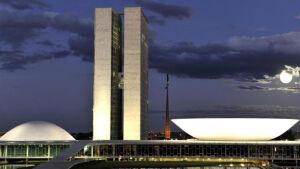Deputados e senadores preparam aumento de seus salários