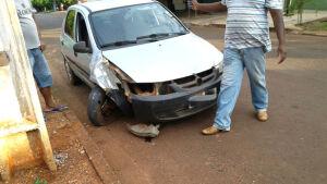 WhatsApp: Leitor do Fátima News flagra colisão de veículo em poste em Fátima do Sul