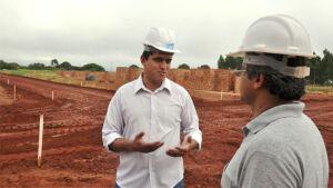 Prefeito Júnior Vasconcelos vistoria obras de construção das 300 casas em Fátima do Sul