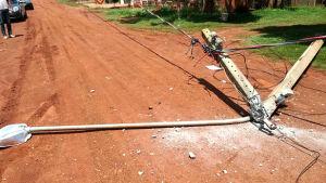 Caminhão danifica rede elétrica, derruba postes e deixa 30 residências sem energia em Fátima do Sul