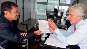 Prefeito Hélio Sato pede a Delcídio recursos para infraestrutura de Vicentina