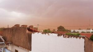 VÍDEO: Vendaval causa medo e cortina grossa de poeira deixa muita sujeira em Fátima do Sul