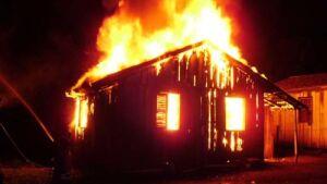 Ex-marido ateia fogo na casa enquanto mulher e 5 filhos dormiam