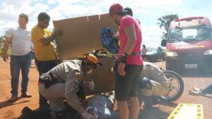 Forte acidente que envolveu duas motos, deixou duas pessoas feridas na entrada de Vicentina
