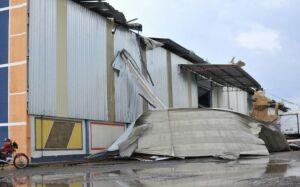 Vendaval destrói telhado de empresa e raio cai em escola com 350 alunos em Campo Grande