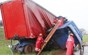 Caminhoneiro perde controle da direção e cai de viaduto na BR-163