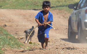 Crianças indígenas agem como guerreiros e conflito suspende aulas em Antônio João