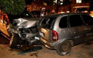 Camionete faz 'arrastão' de veículos estacionados e só para após atingir