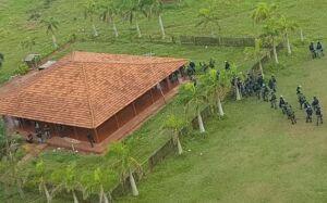 Polícia faz força-tarefa com helicóptero em busca de armas em fazenda invadida