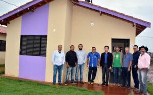 Vereadores visitam construção das 300 casas e cobram entrega aos contemplados em FÁTIMA DO SUL