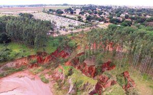 Erosão ameaça engolir cemitério municipal de Ivinhema