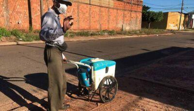 Família reza, mas picolezeiro de 79 anos não para com carrinho em casa