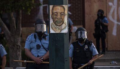 Morte de homem negro asfixiado por policiais nos EUA gera indignação internacional