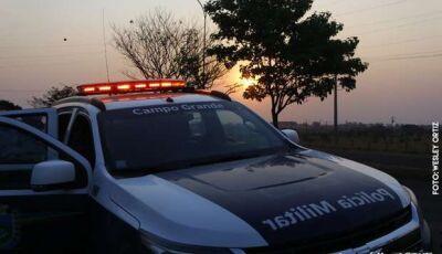 Motociclista invade pista contrária, bate em caminhão e morre na BR-060