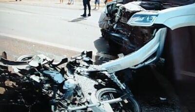 Motociclista pode ter cruzado a pista sem olhar, morreu na hora e placas da moto é de Fátima do Sul
