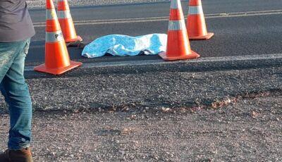 Menina de 7 anos morre atropelada ao atravessar estrada correndo para ver o pai em MS