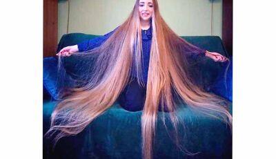Sem ir a salão há 5 anos, mulher tem o cabelo maior que a sua altura