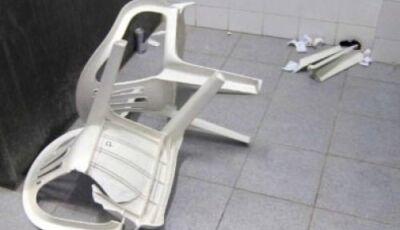 Esposa 'arrebenta' cadeira na cabeça do marido durante briga em festa