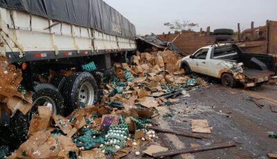 Em Ivinhema, grave acidente deixa 3 pessoas feridas, caminhão com placas de Fátima do Sul