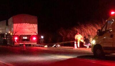 Duas pessoas morrem em acidente entre moto e caminhão