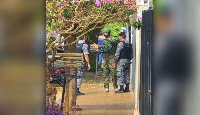 TENSÃO: mulher surta, se corta com faca e só para com arma de choque na Capital