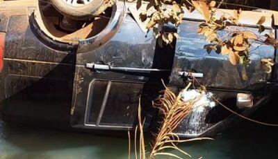 VÍDEO: Carro com dois filhos do cantor Leonardo capota e cai em rio de Goiás