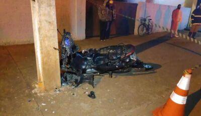 Jovem perde controle da motocicleta e morre após batida contra o poste