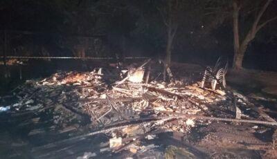 Casa é incendiada e mulher morre carbonizada em MS