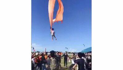 Criança é levantada por pipa durante festival e assusta participantes; veja o vídeo