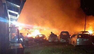 Moradores se revoltam com atropelamento e incendeiam delegacia na fronteira
