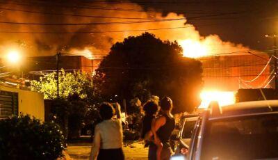 INCÊNDIO NO ATACADÃO: Incêndio chega ao estoque e causa explosões no prédio