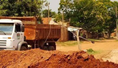AGORA: Caminhão colide em poste de energia e motorista espera Energisa para sair em Deodápolis