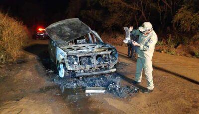 Dupla incendeia veículo furtado próximo ao Distrito Industrial de Dourados e foge