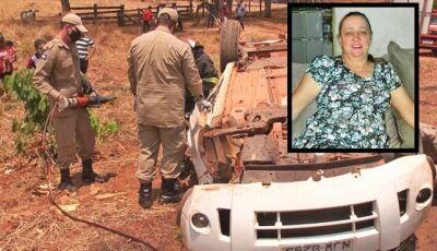 Mulher morre após carro capotar; filho e netos ficam feridos
