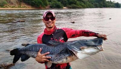 Pescador fisga 'peixão' de 1,4 m no Rio Aquidauana