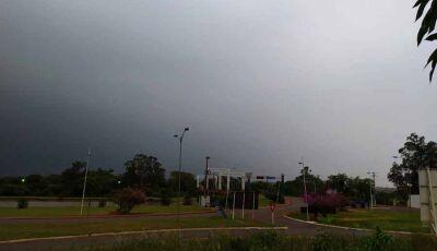 Chuva chega em Fátima do Sul com muita ventania