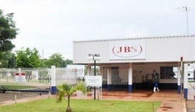 Funcionários infectados com Covid-19 pedem indenização da JBS