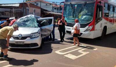 Motorista de aplicativo morre ao bater em ônibus em MS