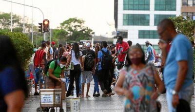 Taxa de transmissão da covid volta a nível de descontrole no Brasil