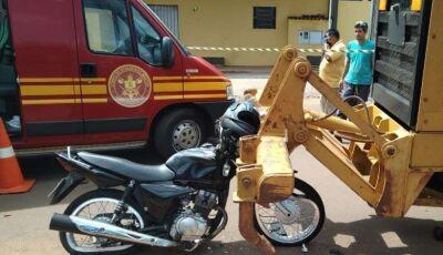Motociclista morre após bater em traseira de máquina da prefeitura em MS