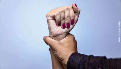 Mulher se nega a fazer sexo e tem braço quebrado pelo namorado em MS