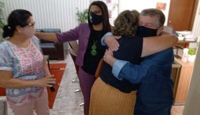 Emoção marca agradecimentos de autoras de livro ao prefeito que está resgatando história de Jateí