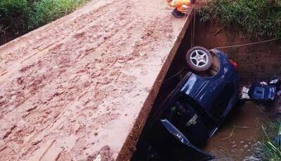 TRAGÉDIA: Família morre após carro cair dentro de córrego