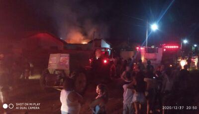 VÍDEOS: Fogo 'engole' residência e populares tentam cercar suspeito em Glória de Dourados