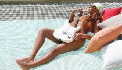 """Ludmilla posa nua com instrumento e fãs elogiam: """"A guitarra e o violão"""""""